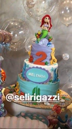 Uma imagem do bolo da festa de 2 anos da fofa Melinda