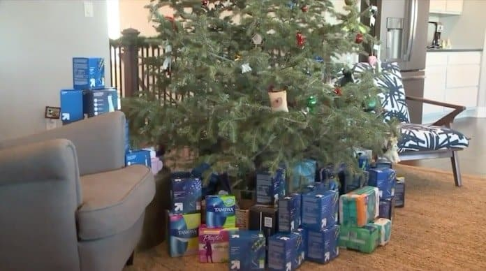Árvore de natal com absorventes que menina quis doar