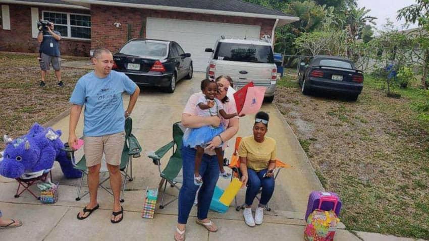 A menina de três anos se juntou a sua irmã mais velha que também foi adotada pela família