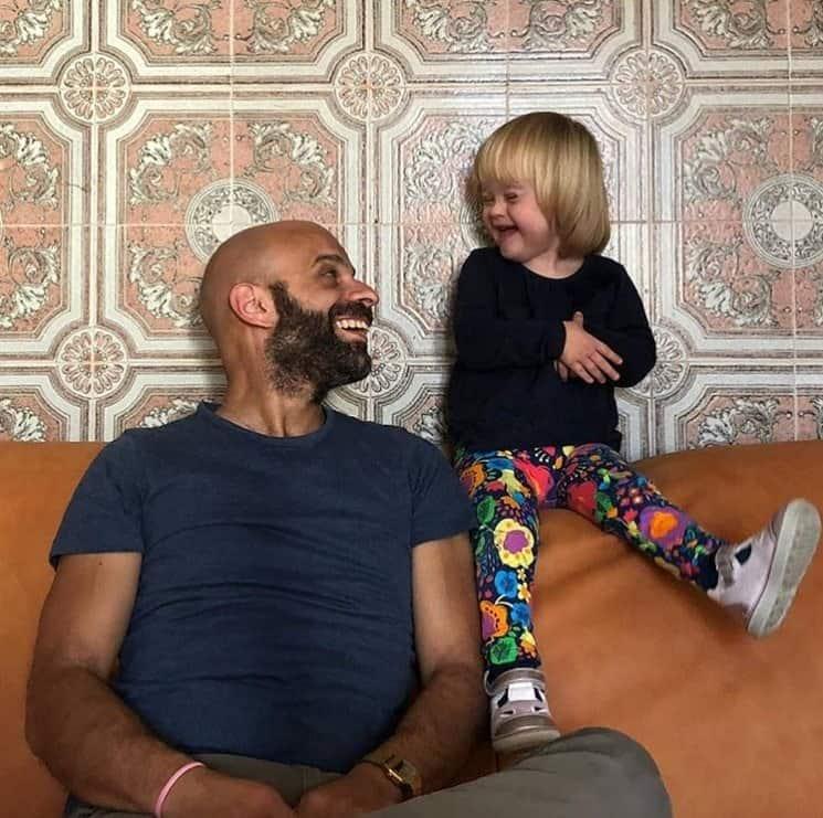 O pai com sua menina com Síndrome de Down