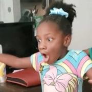 Menina que andou pela primeira vez aos seis anos