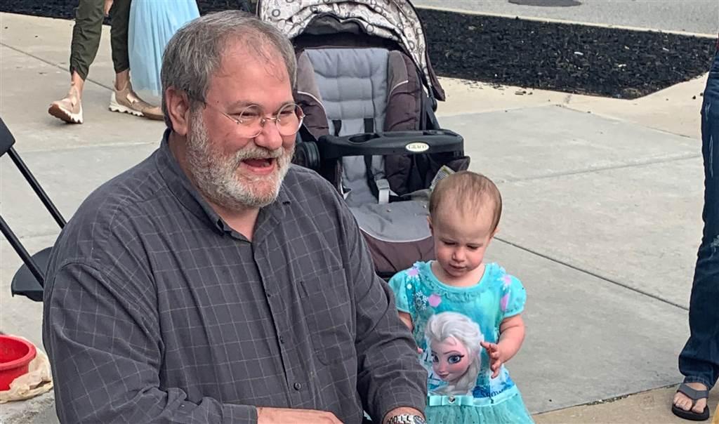 Avô e a menina Chloe pouco antes do acidente