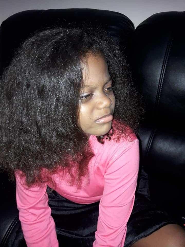 Postagem da menina Bella logo após ter tido seu cabelo cortado e alisado pela madrasta contra sua vontade