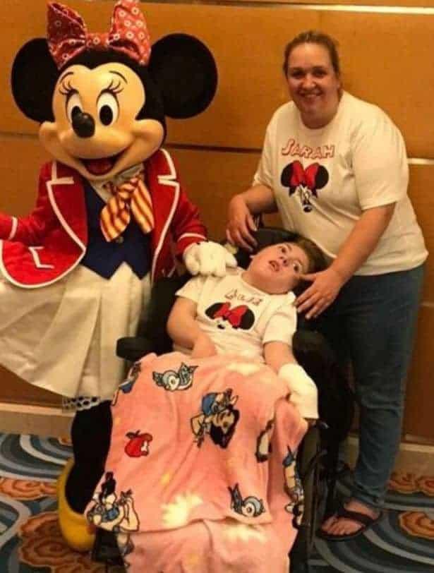 Menina especial com a mãe durante o cruzeiro da Disney