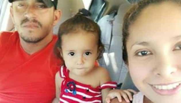 Essa fofa menina que comoveu todos ao lado dos pais antes de cruzar a fronteira