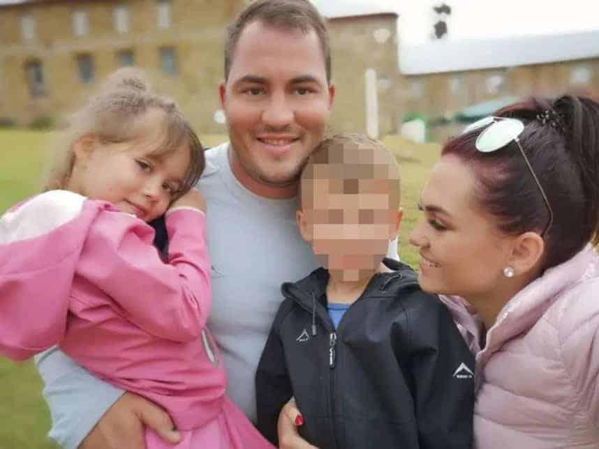 A menina Amy com os pais e o irmã caçula antes do sequestro