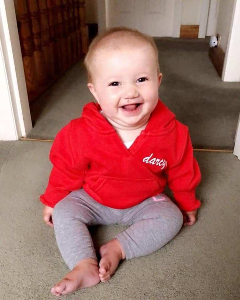 Bebê usando roupa que homenageia menina Darcy