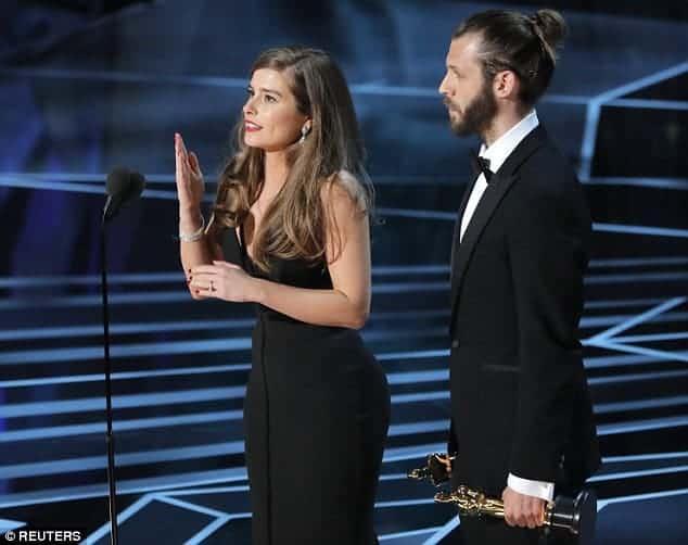 Durante o Oscar a atriz Rachel Shenton fazendo seu discurso em linguagem de sinais
