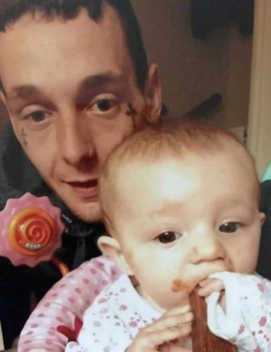 Pai com sua menina antes do crime que tirou a vida da bebê
