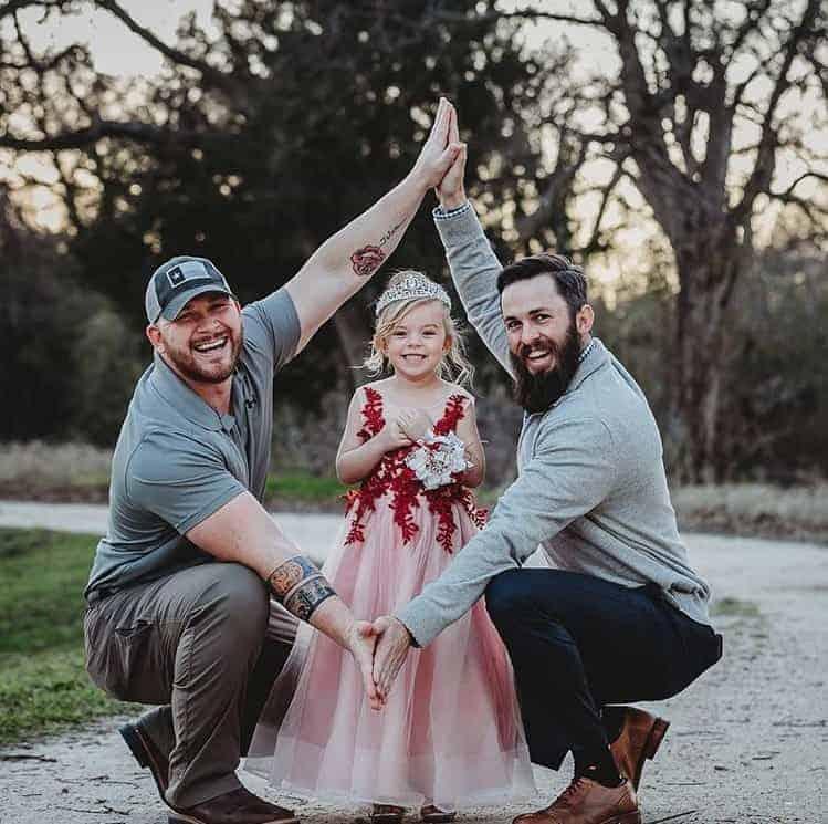 O pai David e o padrasto Dylan junto com a menina Willow