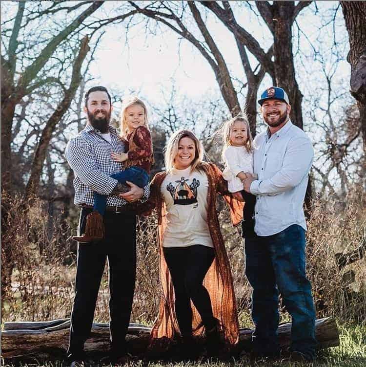 Nessa publicação a pequena Willow com a mãe, o pai e o padrasto
