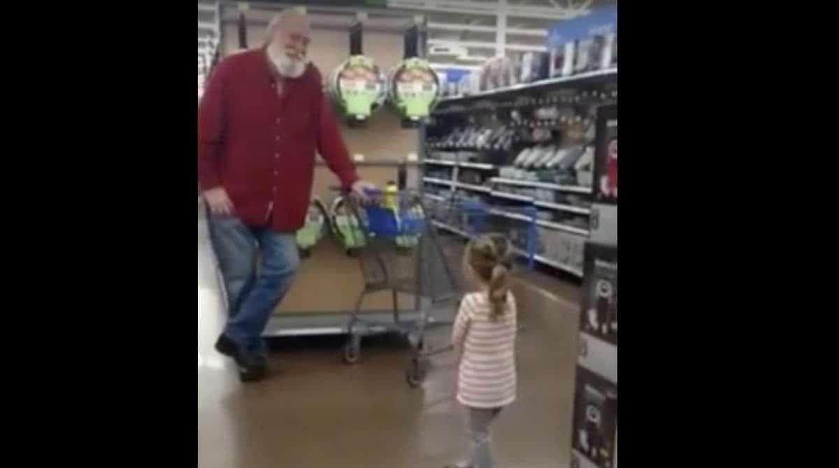 Menina confundiu homem com Papai Noel e ele entrou na diversão