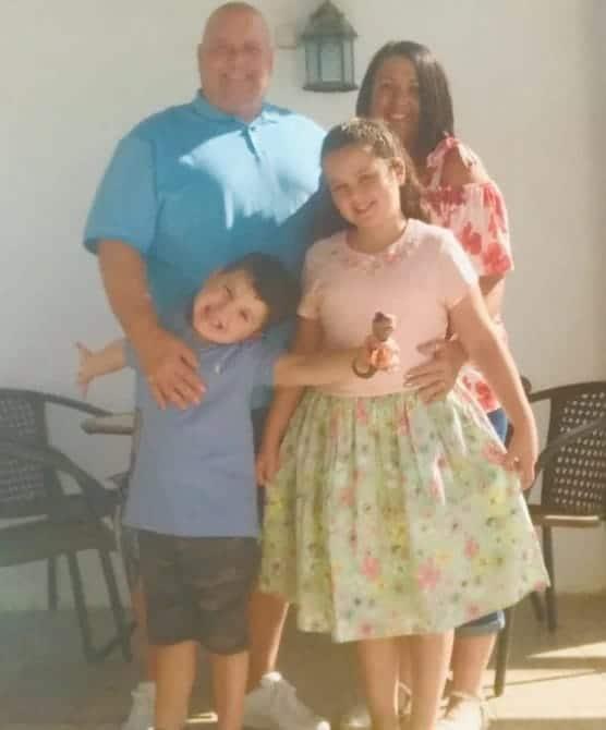 Menina com a família antes de ficar tetraplégica