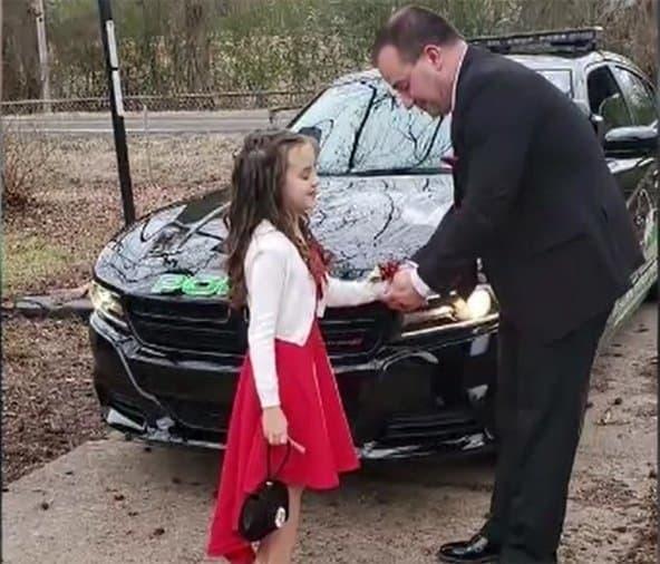O policial convidou a menina para participar do baile de pais e filhas