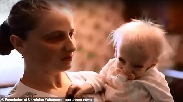 A menina no colo de sua mãe quando ainda era bebê