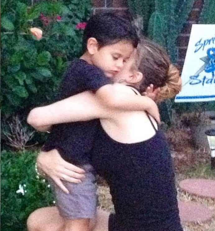 A mãe com seu menino antes dele se afogar