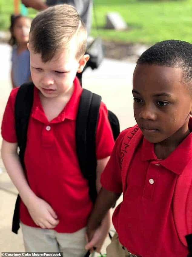 Menino Christian entrando na escola com o coleguinha Connor