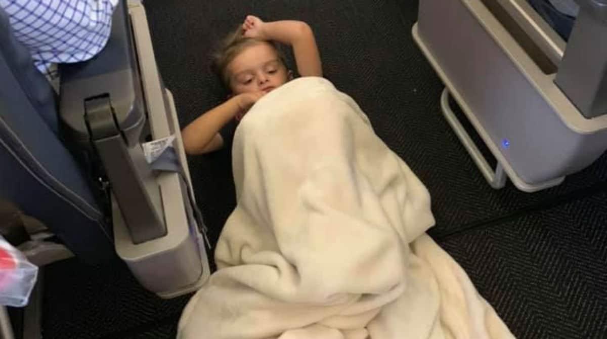 Comissária deixou menino autista ficar deitado no chão do avião