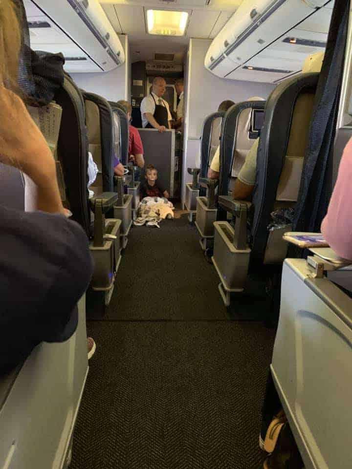 Menino autista de quatro anos no avião