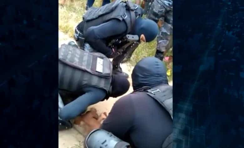 O menino de dois anos sendo atendido pelos policiais