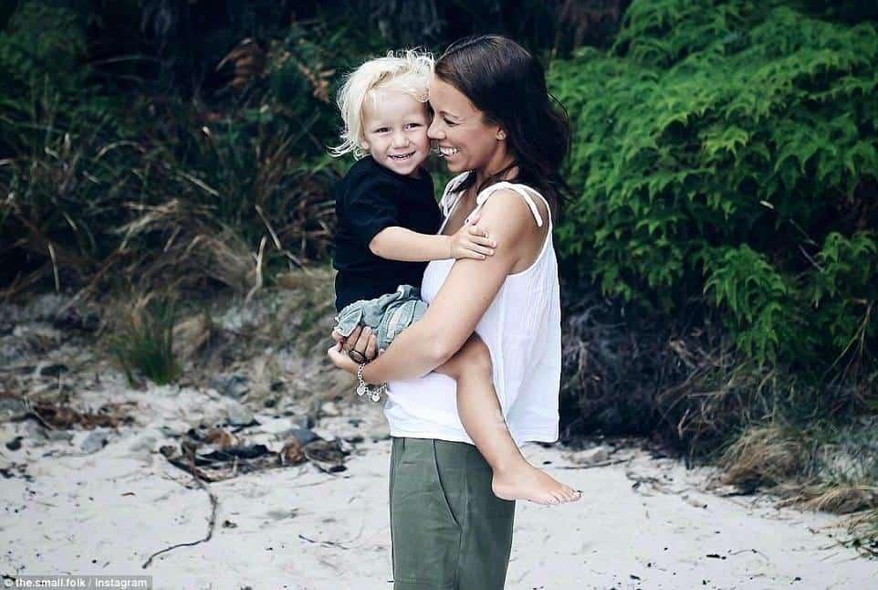 O pequeno Alby no colo de sua mãe Anna Davis