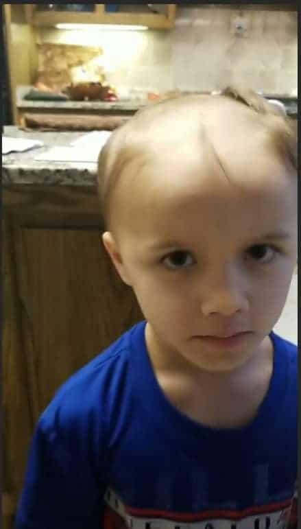O menino resolveu raspar o próprio cabelo