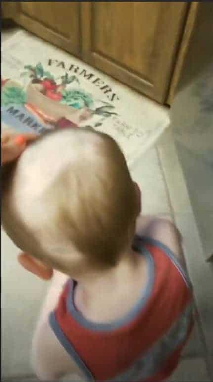 O irmão mais novo também teve o cabelo raspado