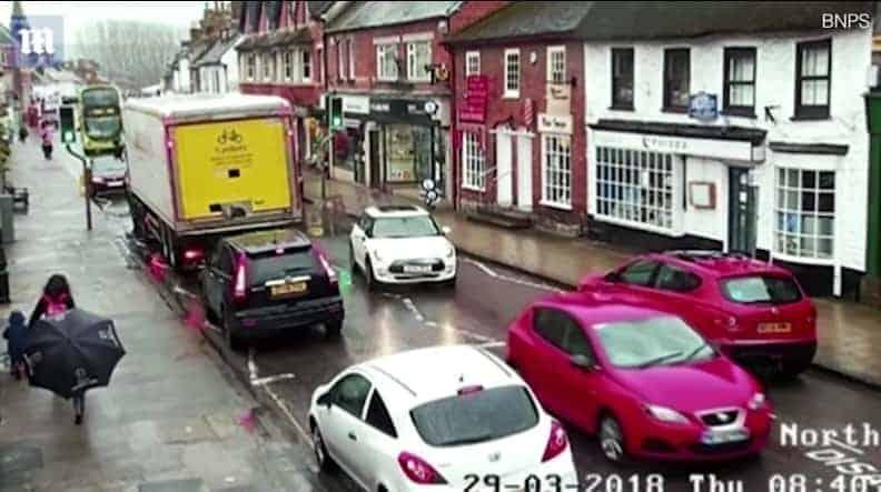 Na imagem retirada de vídeo da câmera de segurança mostra o menino andando com sua mãe momentos antes do acidente