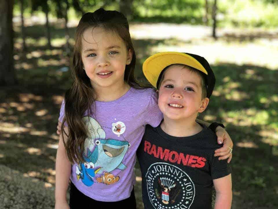 Menino Beckett com a irmã mais velha
