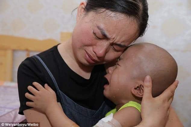 Li consolando a mãe