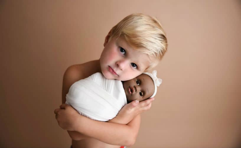 O menino Jynsen com a boneca no ensaio de fotos