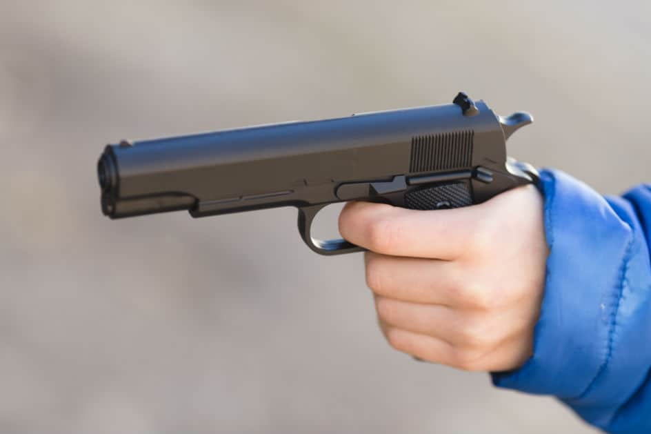 Pai deixa arma exposta e menino de nove anos usa para brincar