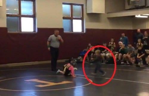 As duas crianças lutavam quando foram surpreendidas pelo menino enfurecido