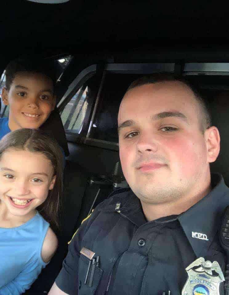 Policial tira foto com a corajosa dupla de irmãos