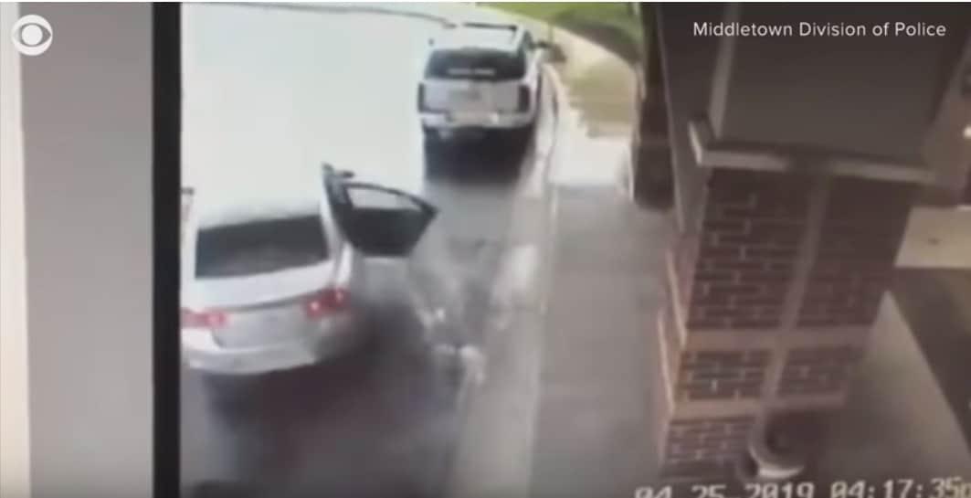 Momento em que o sequestrador entra no veículo com as crianças