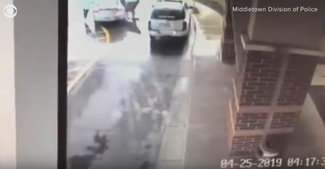 As duas crianças pularam do carro