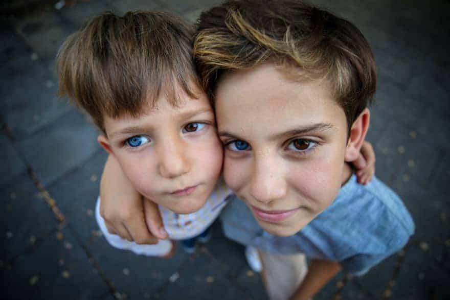 Menino e irmão que vieram ao mundo com olhos de cores diferentes