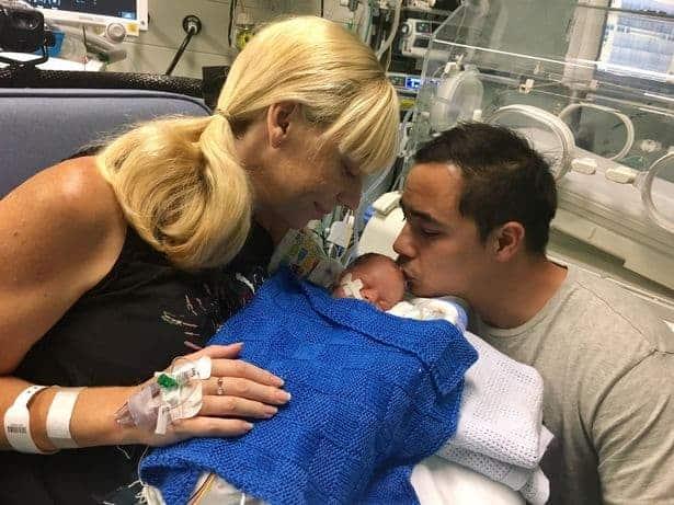 Pais se despedindo de seu menino que nasceu prematuro