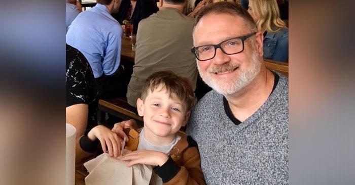 Pai e seu menino que irá realizar a transição