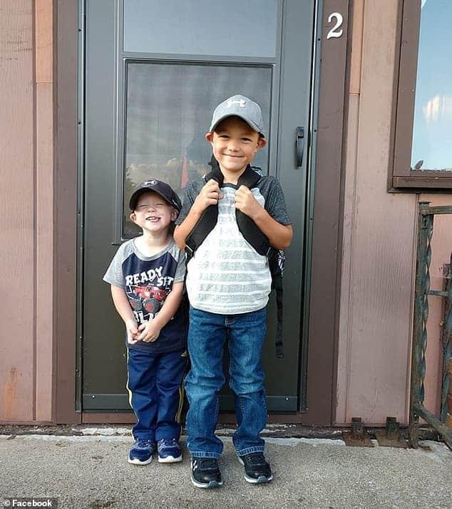 Menino de quatro anos animado antes de ir para a escola