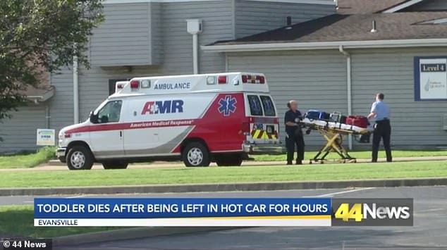 Os bombeiros tentaram atender o menino que foi esquecido no carro