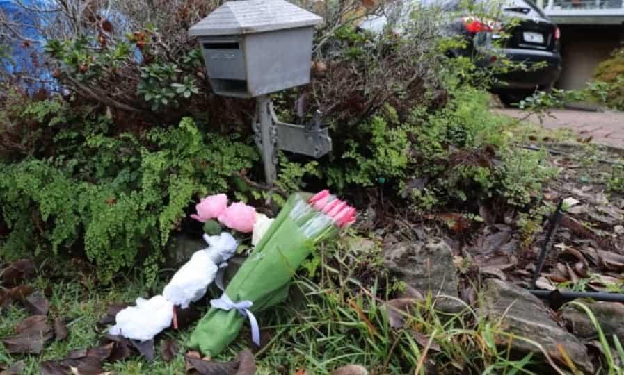 População homenageou o menino ao colocar flores na sua casa