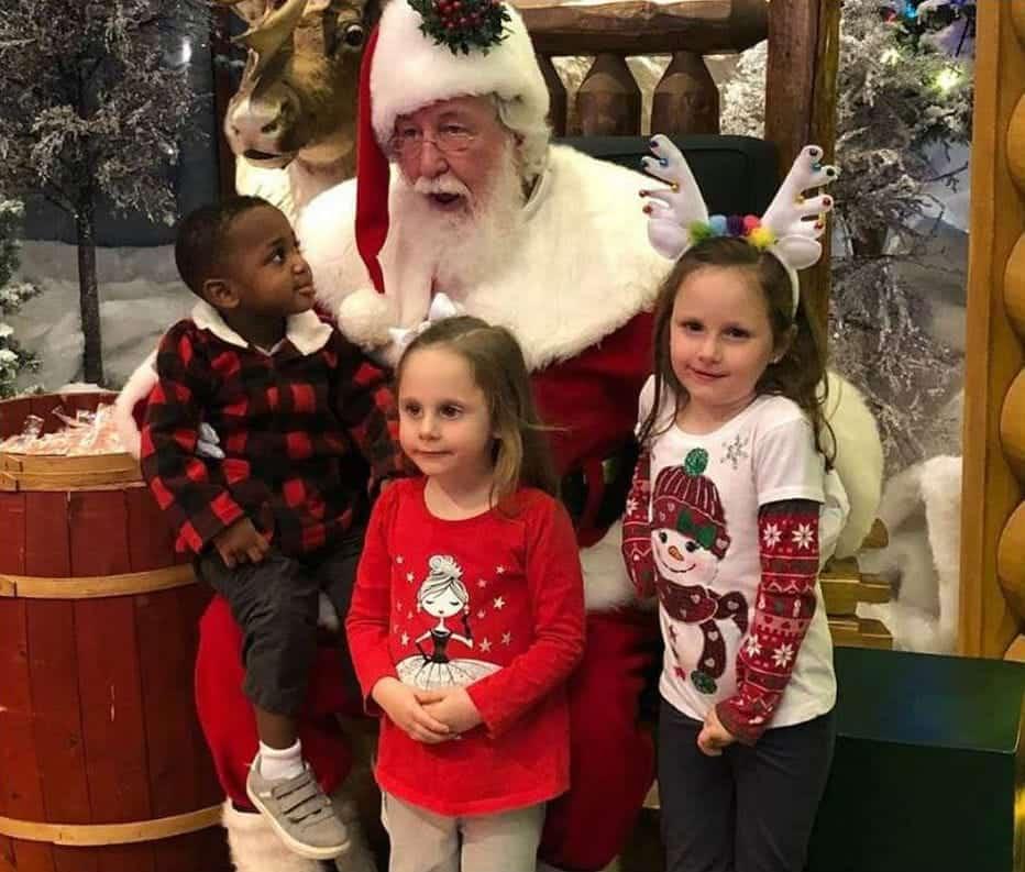 Papai Noel e menino após pedido emocionante