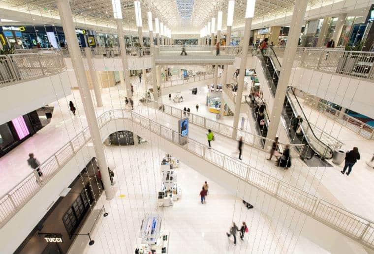 Shopping de onde o menino de cinco anos foi jogado pelo homem
