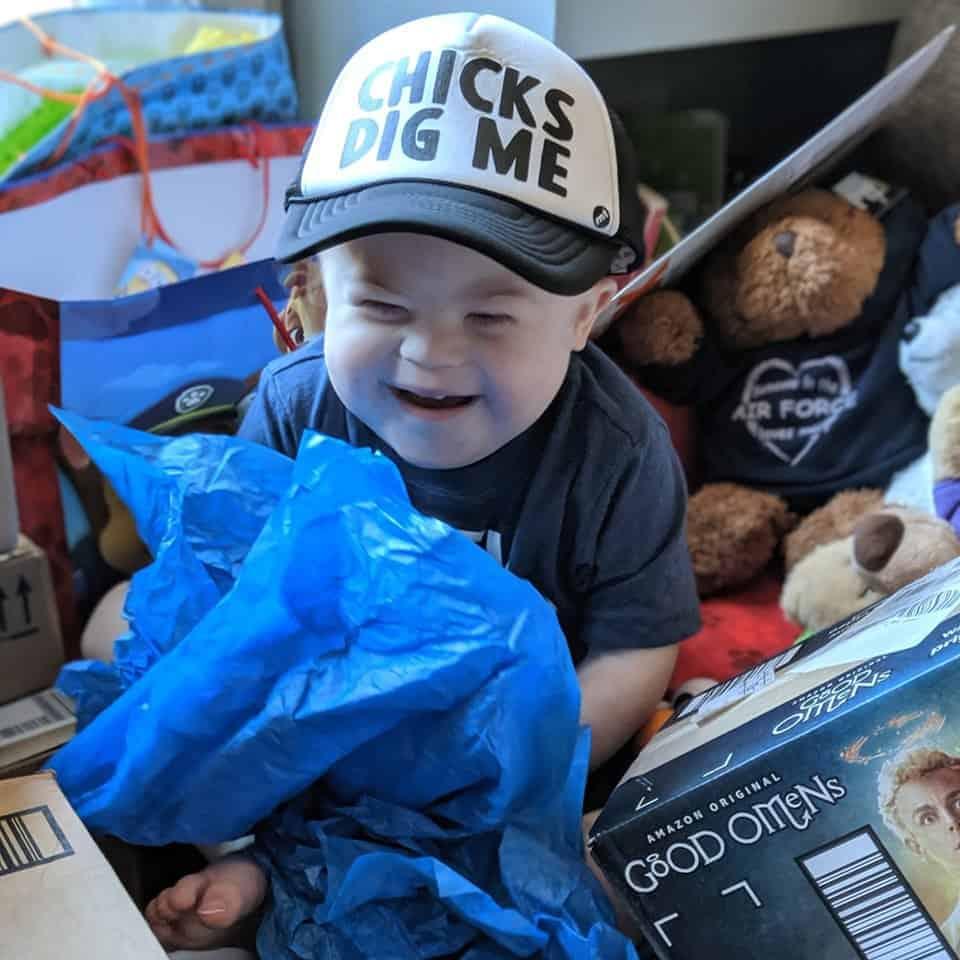 O menino com síndrome de Down e leucemia com seus presentes