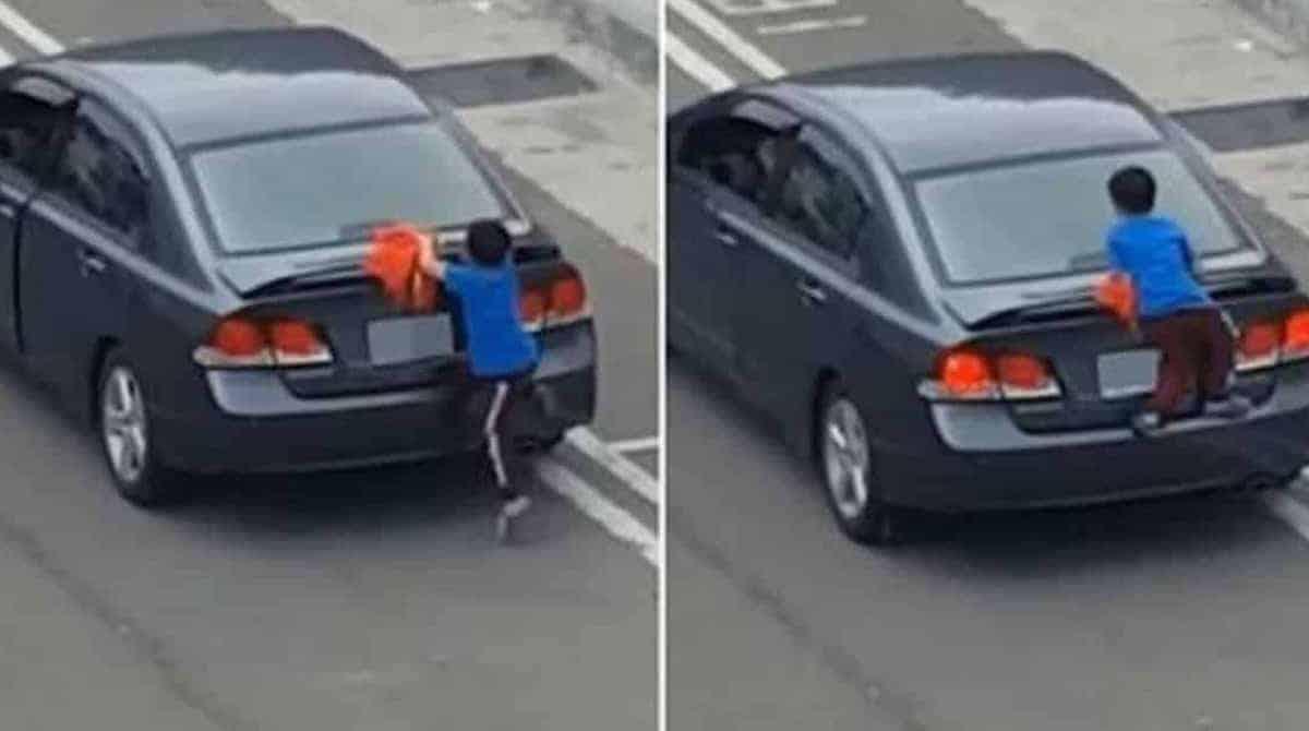 Menino tentando subir no carro da mãe