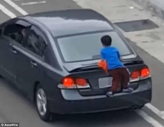 O menino conseguiu subir no carro de sua mãe