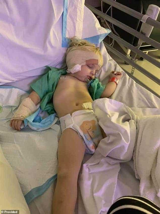 Menino de dois anos que foi hospitalizado após ter caído do braço do sofá