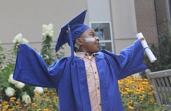 O menino precisou ficar mais de um ano internado esperando um transplante