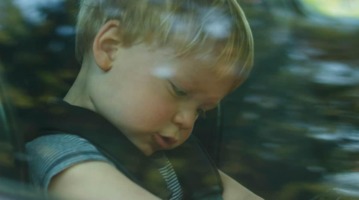 Um menino de apenas dois foi esquecido na van da creche em dia quente